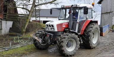 Traktor walzt Spielhäuschen nieder