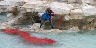 Neonazi taucht Trevi-Brunnen in blutrote Farbe