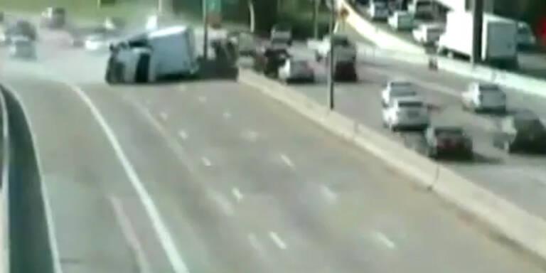 US-Highway: LKW kippt auf anderen PKW