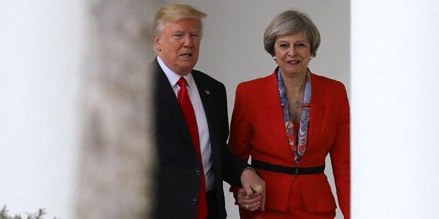 Hier hält Donald Trump Händchen mit Theresa May