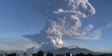 Vulkan Tungurahua spuckt Lava und Asche