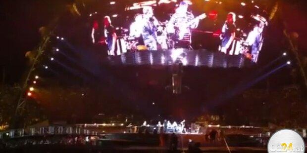 Bono jammt mit blindem Fan auf der Bühne