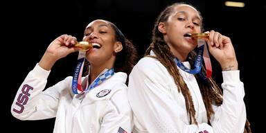 US-Basketballerinnen Brittney Griner und A'Ja Wilson posieren mit ihrer Gold-Medaille