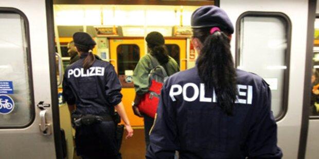 Nacht-U-Bahn mit Polizei