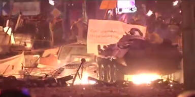 Demonstranten werfen Brandbomben auf Polizei