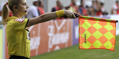 Sexy Linienrichterin patzt bei Liga-Debüt