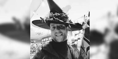 Strolz verkleidet sich als Hexe zu Halloween