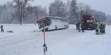 Schulbus in OÖ von Straße abgekommen Vöcklabruck