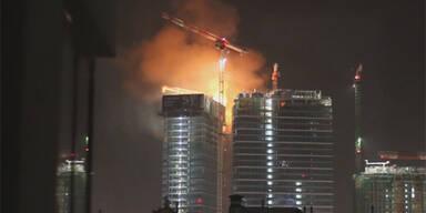 Hochhausbrand in Warschau  in hundert Metern Höhe