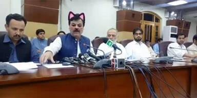 Pakistanische Politiker saßen mit Katzenfilter in Pressekonferenz