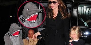 Angelina Jolie ging mit ihren Töchtern Zahara und Shiloh ins Kino - und mit einem süßen Hai! Wer sich unter der Maske verbarg? Es war ihr Sohn Pax. Der hatte keine Lust sich auf dem Weg ins Kino (sie sahen sich die Muppets an) fotografieren zu lassen.Auch Shiloh verzog das Gesicht und versuchte sich hinter ihren Händen zu verstecken.