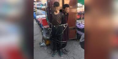 Taliban fesseln Jugendliche an Pfosten