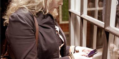 Frauen finden Handy-Spionage in Ordnung