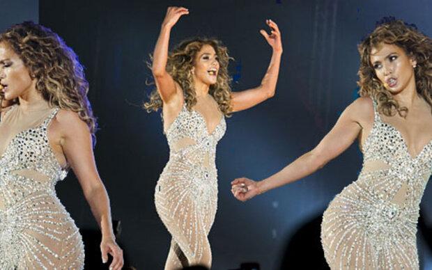 Jennifer im Fast-Nackt-Anzug aus Kristallen