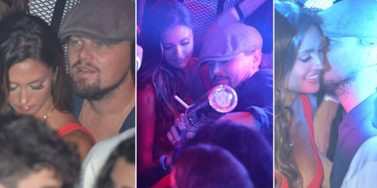 Hollywood-Flirtkönig Leo DiCaprio ist mal wieder in Cannes. Und um ihn herum eine Horde schöner Ladys. Im In-Club 'Gotha' ließ er es krachen - mit Kumpel Gary Dourdan, reichlich Vodka und einer unbekannten Brünetten mit tiefem Dekolleté. Großzügig füllte er das Glas der Schönheit auf, tanzte und tuschelte mit ihr. Was Freundin Toni Garrn wohl dazu sagt? Es waren zwar einige Blondinen in seiner Nähe, doch ob eine von ihnen Toni war, ist kaum zu erkennen. Es sieht jedenfalls nicht danach aus, als wäre sie in dieser Nacht an Leos Seite gewesen...