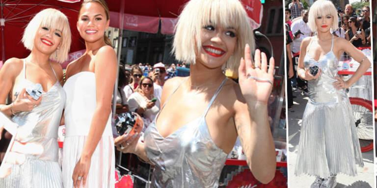 Rita Ora im bizarren Metallic-Kleid