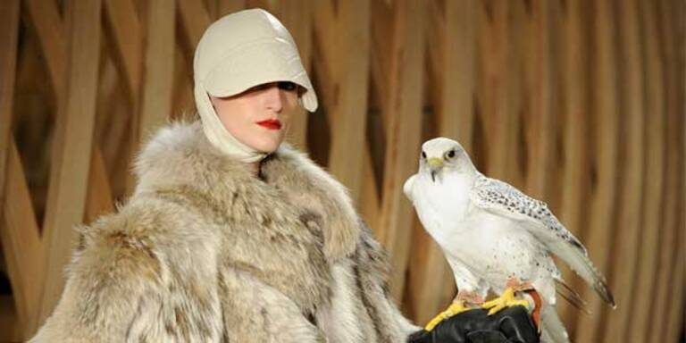 Echter Falke bei Schau von Hermès in Paris
