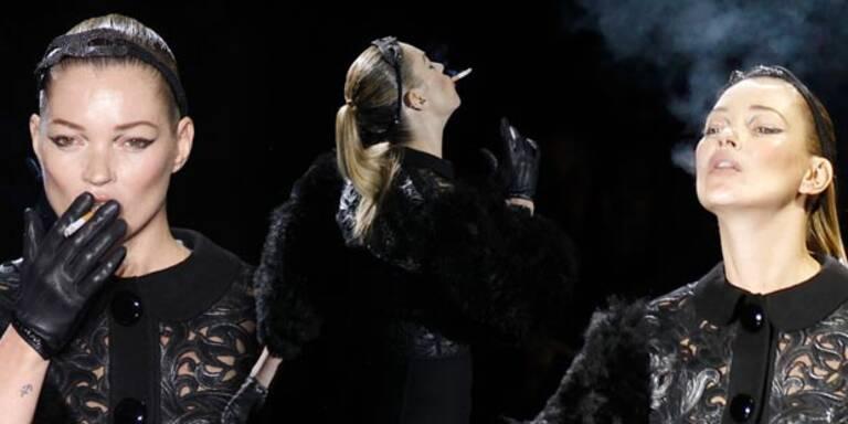 Louis Vuitton schickte Kate Moss mit Zigarette auf den Catwalk.