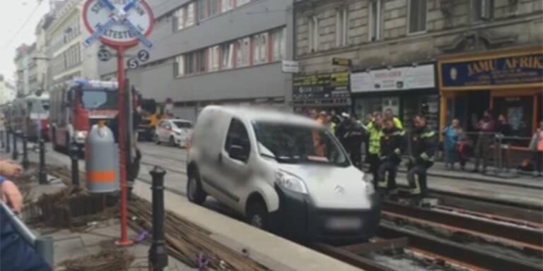 Autolenker ignoriert Hinweistaferl: Endstation Straßenbahngleis