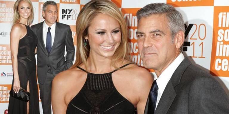 Zum ersten Mal gemeinsam am Red Carpet: George Clooney nahm seine neue Freundin zum New York Film Festival mit. Ex-Wrestlerin Stacy Keibler enttäuschte die Fotografen nicht. Sie strahlte überglücklich und zeigte viel Haut. Sie trug ein enges schwarzes Kleid mit hohem Beinschlitz und luftigen Maschen.