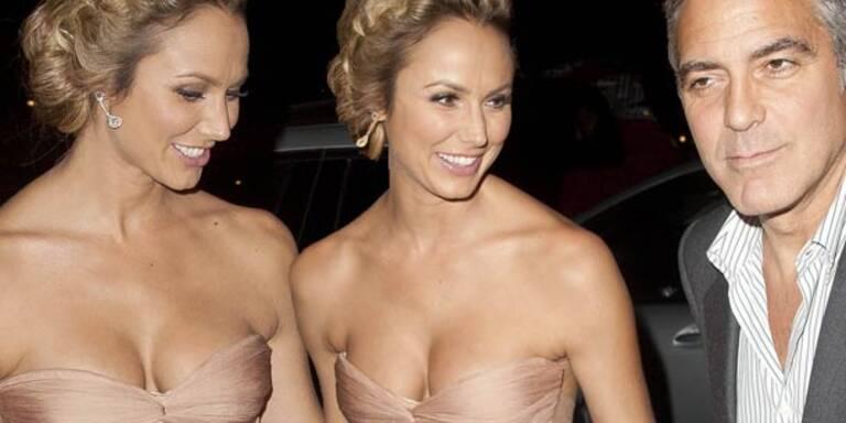 Stacy Keibler zeigt, was sie hat und George Clooney strahlt. In London trug die ehemalige Ringerin ein nudefarbenes Kleid mit wunderschönen Einsichten. So viel Dekolleté kann die schöne Stacy sich auch leisten!