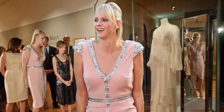 Charlene eröffnet Modeausstellung