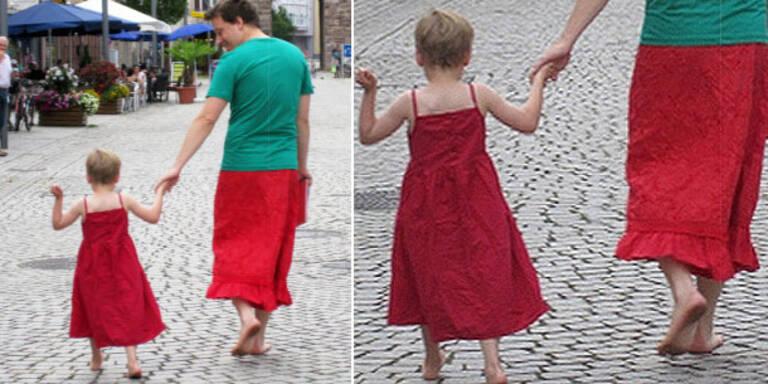 Vater trägt Röcke, um Sohn Rückhalt zu geben