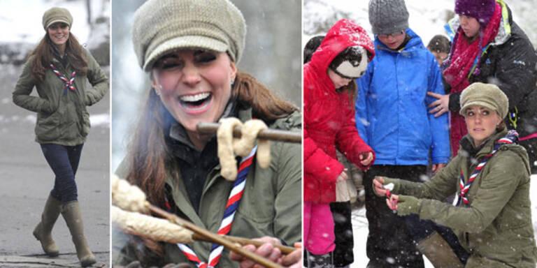So lässig zeigt die Herzogin von Cambridge selten: In Jeans und Parka statte die Kate den Pfadfindern in der Grafschaft Cumbria einen Besuch ab. Die schwangere Ehefrau von Prinz William genoss die Abwechslung sichtlich und saß mit den Kindern gut gelaunt am Lagerfeuer.