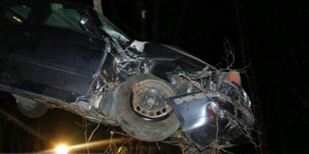 Pkw fiel nach Unfall 15 Meter in die Tiefe