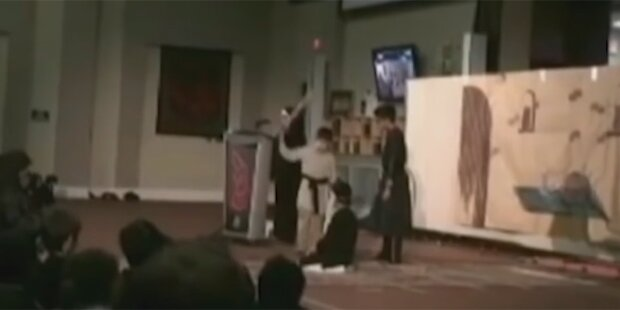 Kinder spielen Enthauptung in Moschee nach