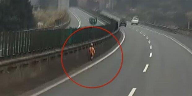 Darum spaziert dieser Bub auf der Autobahn