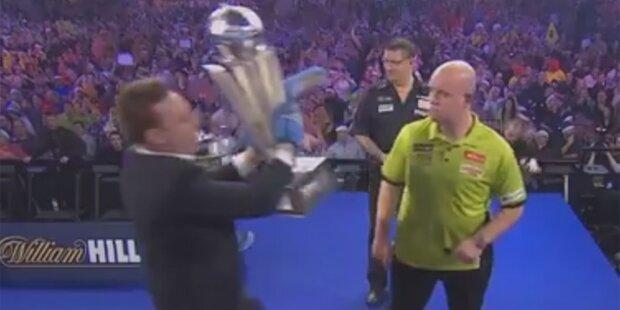 Verrückt! Darts-Chaot klaut WM-Pokal
