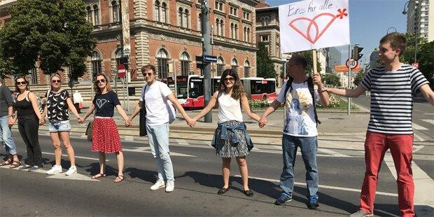 Menschenkette für Frauenrechte am Wiener Ring
