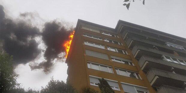 Spektakulärer Dachbrand in Innsbrucker Hochhaus