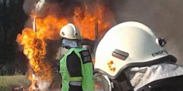 Lkw geht während der Fahrt in Flammen auf