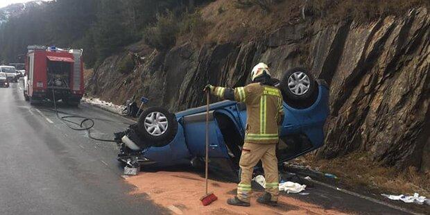 Auto prallt gegen Felsen und überschlägt sich