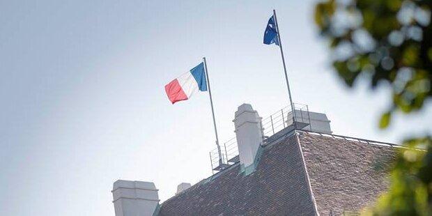 Französische Flagge weht auf der Hofburg