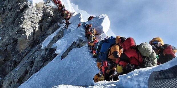 Touristen sitzen auf Mount Everest fest