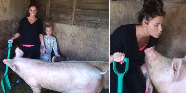 Was? Katie Price im Schweinestall!