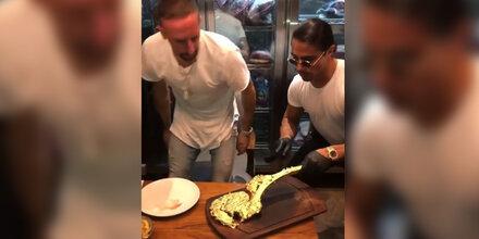 Hier bekommt Bayern-Star 1.200-Euro-Steak aus Gold serviert