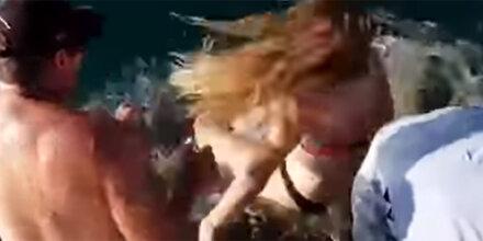 Irres Video: Frau wird von Hai ins Wasser gezerrt