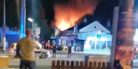 Inferno in Simmering: Haus komplett in Flammen