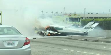 Flugzeug legt Bruchlandung auf Highway hin