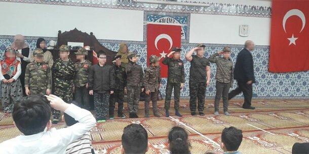 Kinder exerzierten in Wiener ATIB-Moschee