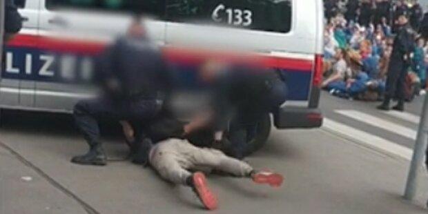 Nächstes Schock-Video: Aktivist fast von Polizei überrollt