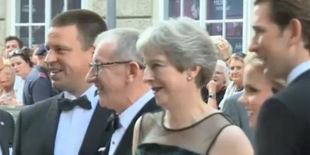 Theresa May gemeinsam mit Ehemann Philipp, Kanzler Sebastian Kurz und dessen Freundin Susanne Thier