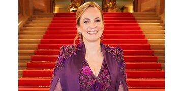 Opernball-Chefin: Maria Großbauer trägt Eva Poleschinski