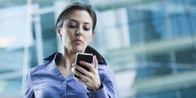 SMS schreiben im Gehen wirkt wie ein Rausch