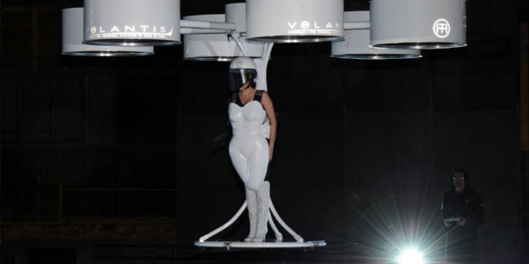 Lady Gaga hob im 'fliegenden Kleid' ab