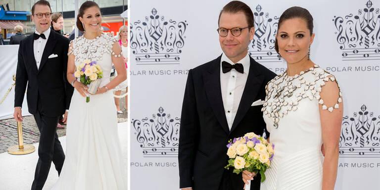 Ganz in Weiß besuchten die Prinzessinnen Victoria und Sofia eine Award-Show in Stockholm, begleitet von ihren herausgeputzten Männern. Auch König Carl Gustaf und Königin Silvia ließen sich den Abend nicht entgehen. Ebenfalls unter den Gästen: Die Backstreet Boys, Quincy Jones und Cecilia Bartoli.